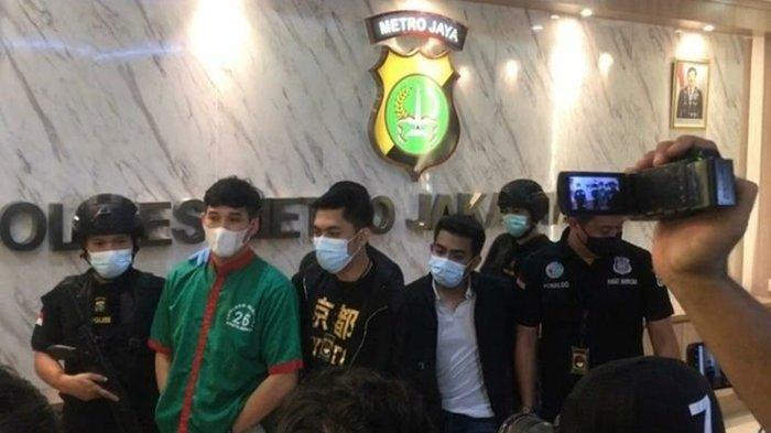 Suami Nindy Ayunda, Askara Parasady Harsono (baju hijau), dalam jumpa pers kasus narkoba di Polres Metro Jakarta Barat, Selasa (12/1/2021)
