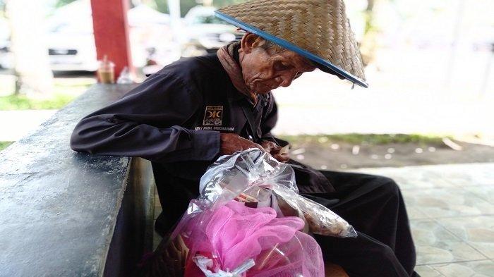 KISAH Pedagang Asongan di Pantai Gandoriah Pariaman, Kakek Baharuddin Menginjak Usia 80 Tahun