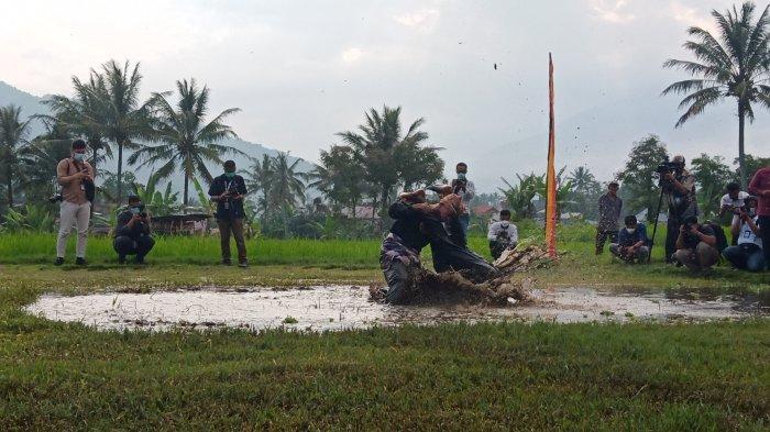 Atraksi silek lanyah di Desa Wisata Kubu Gadang saat kedatangan Menparekraf Sandiaga Uno, Rabu (21/4/2021) sore.