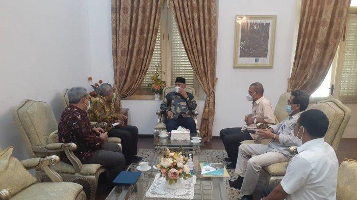 Rektor Universitas Bung Hatta, Prof. Dr. Tafdil Husni, S.E., MBA dan Ketua LLDikti X Prof. Herri yang didampingi Dr. Ir. Hidayat, S.T.,M.T., IPM Wakil Rektor III Universitas Bung Hatta dan Riko Evril, S.T., M.T ketua STTIND diterima langsug oleh Gubernur Sumatera Barat di Istana Gubernur jalan Sudirman Padang, Rabu (30/6/2021).
