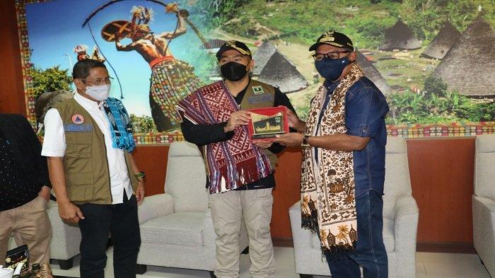 Wakil Gubernur Sumbar Audy Joinaldy bersama rombongan menyerahkan bantuan secara simbolis kepada Wakil Gubernur (Wagub) Nusa Tenggara Timur (NTT), Josef Nae Soi (JNS) untuk korban bencana di provinsi tersebut di ruang kerja Wagub NTT, Jumat (16/4/2021).