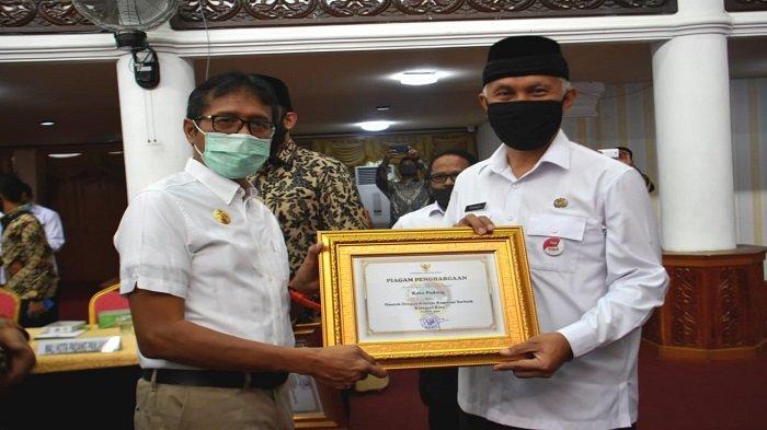 Wako Mahyeldi Terima Penghargaan Kota Padang, Kinerja Koperasi Terbaik Kategori Kota Tahun 2020