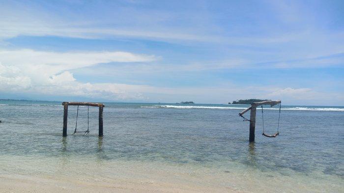 Ayunan di bibir pantai Pulau Angso Duo jadi spot foto unggulan bagi para wisatawan.