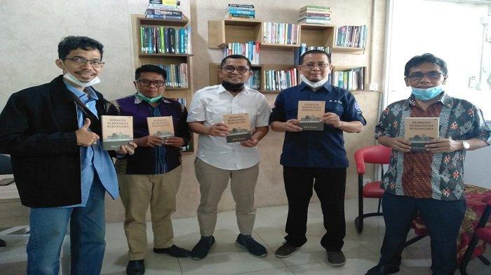 Miko Kamal selaku Penulis Buku; Berkota Berbangsa Bernegara menyerahkan secara langsung buka karyanya kepada para pengurus Masyarakat Sejarawan Indonesia (MSI) Cabang Sumatera Barat (Sumbar) di Kota Padang, baru-baru ini.