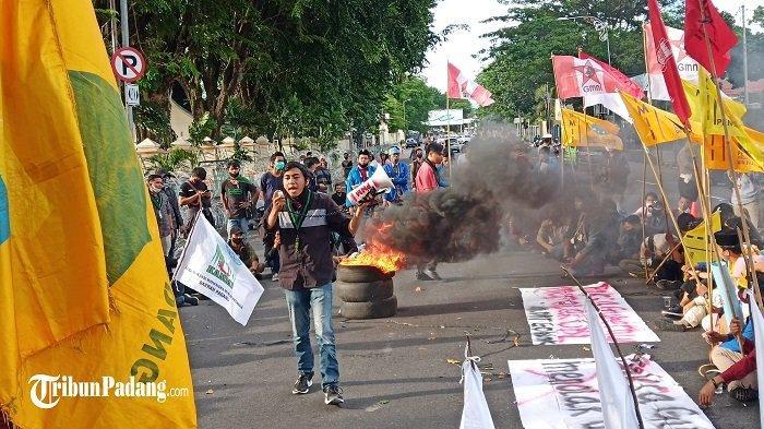 Massa Tolak UU Cipta Kerja di Padang, Lakukan Orasi Hingga Aksi Bakar Ban