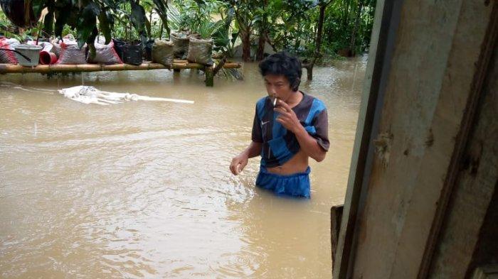 Lima Kepala Keluarga Terjebak Banjir di Maransi Air Pacah Padang, Menunggu Dievakuasi