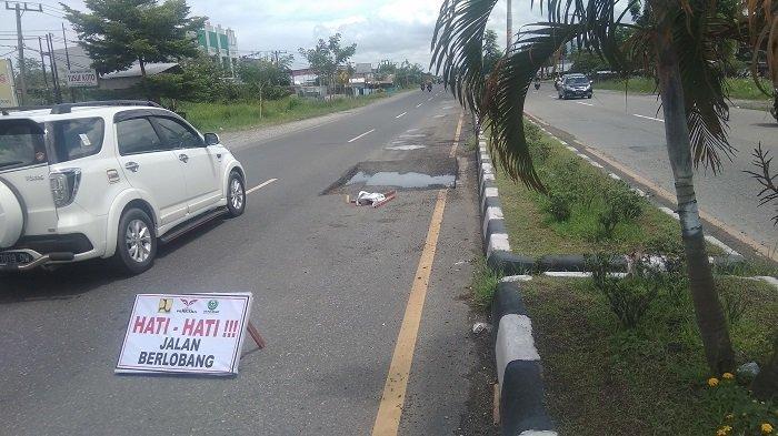 VIRAL Mobil Alami Bocor Ban di Jalan By Pass Km 13 Kota Padang, Gegara Galian Aspal Terbengkalai