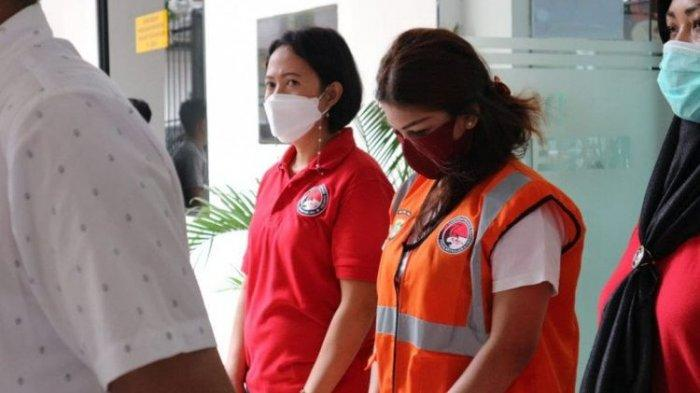 Model majalah dewasa Beiby Putri alias IPR (tengah) dihadirkan dalam jumpa pers terkait kasus penyalahgunaan narkotika jenis sabu-sabu di Polda Metro Jaya, Kamis (11/2).