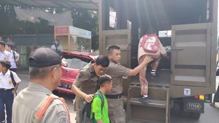 Lagi Asyik Nongkrong di Warnet, Belasan Siswa SMP dan SMA di Padang Diciduk Satpol PP