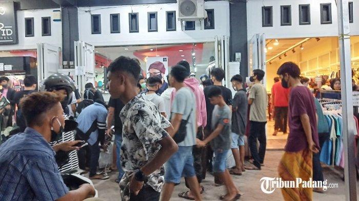 Demi Baju Untuk Lebaran, Warga Kota Padang Berdesak-desakan ke Toko Pakaian