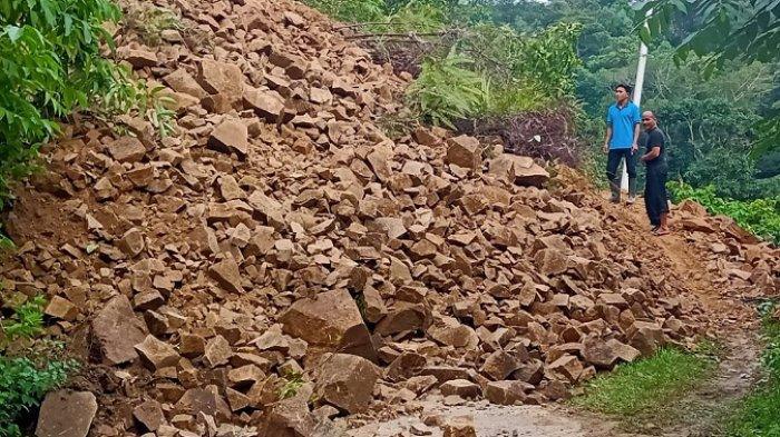 Longsor di Kabupaten Solok Tutup Badan Jalan 15 Meter, Akses Padang-Muaro Labuh Putus Total