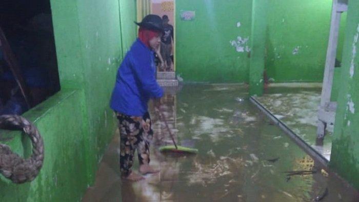 Banjir di Teluk Kabung Tengah Kota Padang Mulai Surut dan Normal, Warga Lakukan Bersih-bersih