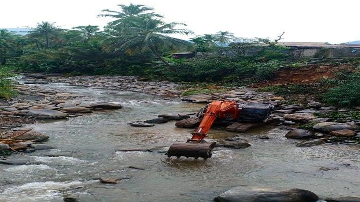 4 Rumah Terancam Longsor Bantaran Sungai Lubuk Peraku, Semen Padang Turunkan TRC dan Alat Berat