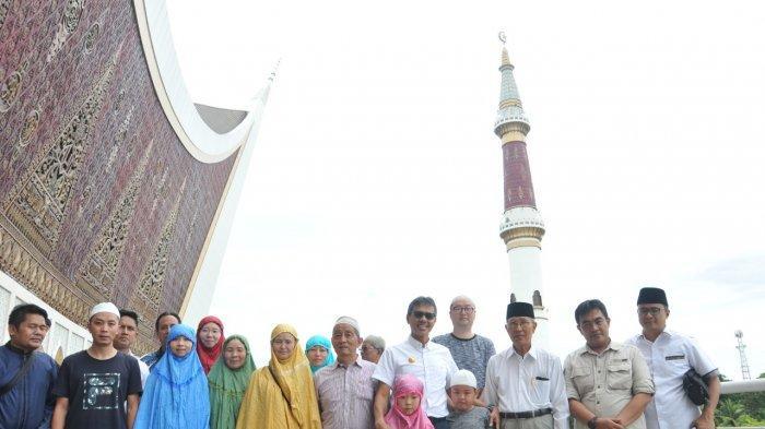 SUMBAR - Turis China Zuhur Berjamaah di Masjid Raya| 5 Kandidat Daftar ke PAN untuk Maju Pilgub