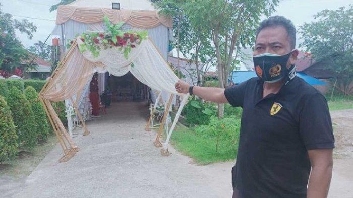 Bhabinkamtibmas Kelurahan Industri Tenayan, Aiptu Indra Gunawan memperlihatkan lokasi pesta pernikahan yang dituju WN, usai kabur dari Pekanbaru untuk nikah di Kota Padang, Sumbar, Sabtu (19/6/2021).
