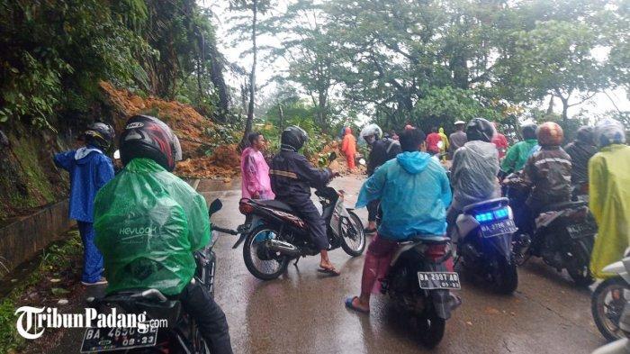 BREAKING NEWS: Longsor di Jalur Padang-Solok, Tanah dan PohonTimbun Badan Jalan