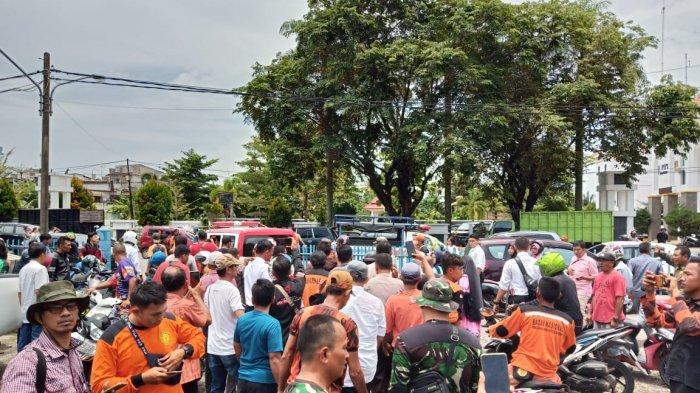 BREAKING NEWS:Remaja Terseret Ombak Pantai Padang Ditemukan, Keluarga Korban Langsung Sujud