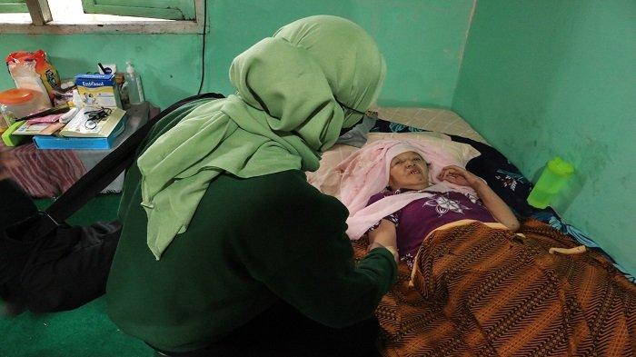 Buk Nur Terbaring di Atas Kasur Rumahnya karena Sakit yang Diderita Awal Desember 2020