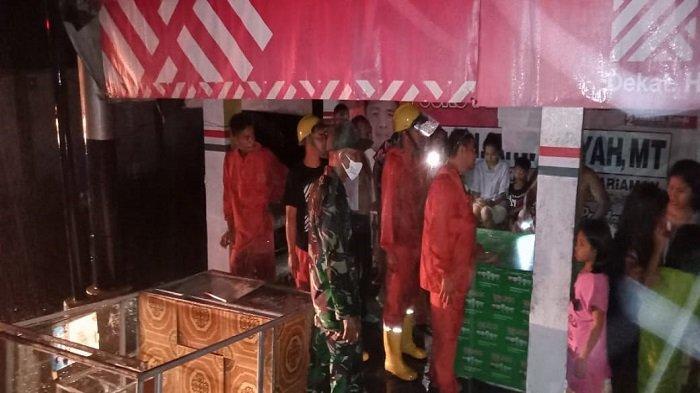 Satgas TRC PB BPBD Padang Pariaman melakukan evakuasi di lokasi kejadian angin puting beliung di Sungai Limau, Kabupaten Padang Pariaman, Provinsi Sumbar pada Sabtu (31/7/2021) malam.