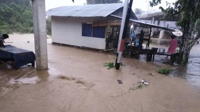 Banjir di Kelurahan Teluk Kabung Tengah, Kecamatan Bungus Teluk Kabung, Kota Padang, Sumatera Barat, Minggu (21/3/2021).