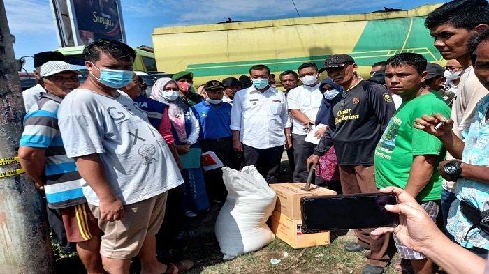 Tinjau Lokasi Kebakaran di Pasar Kambang, Bupati Pessel Ajak Masyarakat Waspada