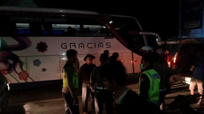 Sempat Tersangkut, Bus Pariwisata Ini Akhirnya Bisa Taklukkan Kelok 44 Berkat Sopir Maninjau