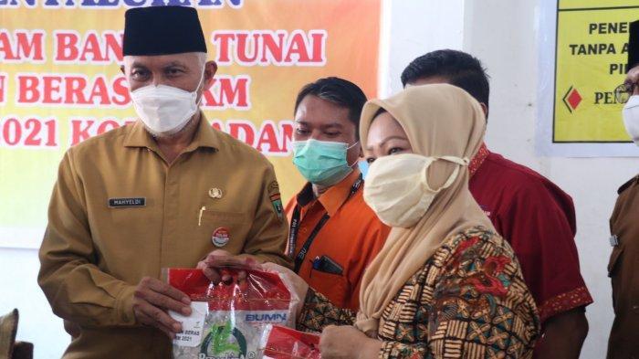 Sumbar Bantu 200 Ton Beras untuk Kota Padang, Gubernur Mahyeldi: Pastikan Semua KPM Menerima Bansos