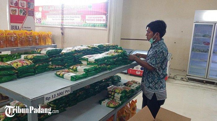 Pasar murah yang dilaksanakan Dinas Pangan Provinsi Sumbar, di Kota Padang pada Rabu (8/4/2021).