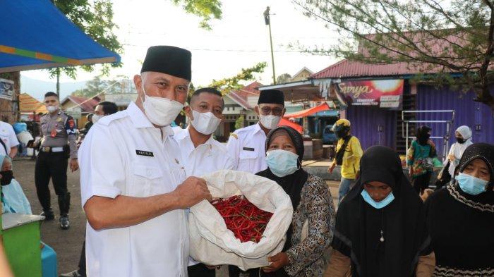 Gubernur Sumbar Buya Mahyeldi Borong, Lado Pedagang di Pasar Kayu Tanam