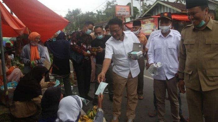Ingatkan Warga Patuhi Protokol, Indra Catri Bagikan Masker di Pasar Lasi Agam