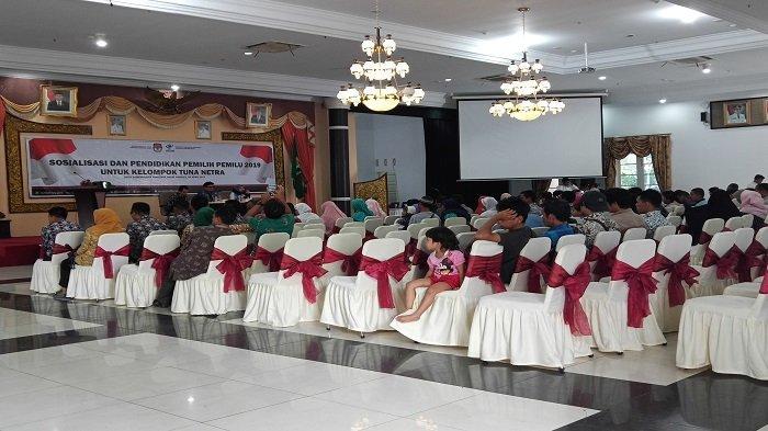 KPU Sumbar Sosialisasikan Pemilu pada Pemilih Disabilitas, Sediakan Alat Bantu Bagi Tunanetra di TPS