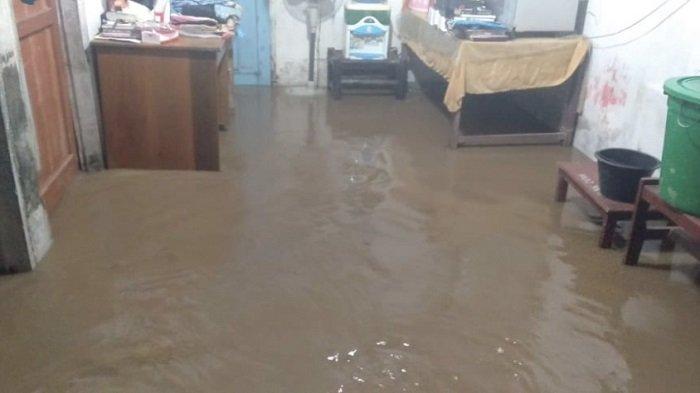 Banjir merendam rumah warga di Kecamatan Ramah Ampek Hulu Tapan, Kabupaten Pesisir Selatan, Sumatera Barat, Minggu (16/5/2021).