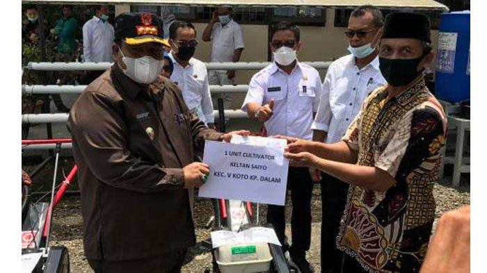 Bupati Padang Pariaman Suhatri Bur Serahkan Alat dan Mesin Bantuan dari Kementerian Pertanian