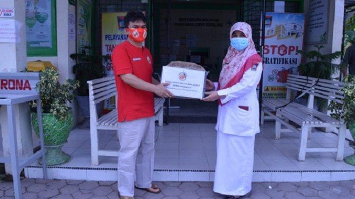Hasil Lelang Jersey 3 Eks Kapten Semen Padang FC Disalurkan ke Tenaga Medis dalam Bentuk APD
