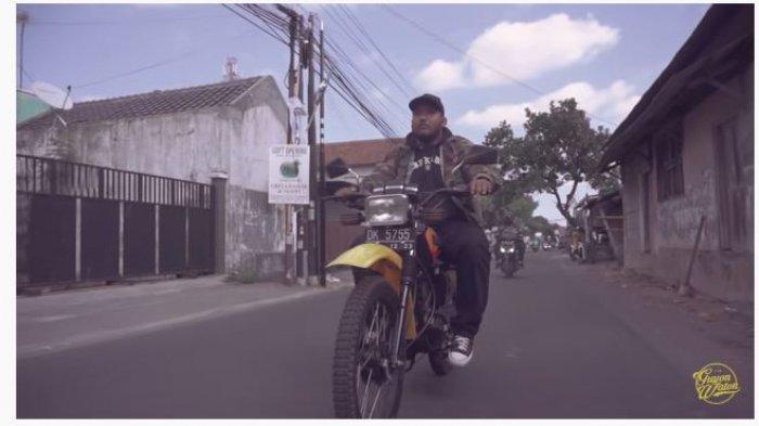 Chord Gitar Mencintai Dalam Sepi, NgatmoMbilung Menepi Cover Guyon Waton, Link Download MP3
