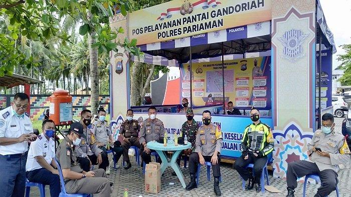 Kapolres Pariaman bersama tim Gabungan Satgas Covid-19 saat berada di Pos Pelayanan Polres Pariaman, di Pantai Gandoriah. Minggu (16/5/2021).