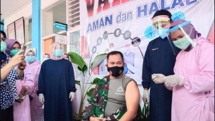 Danlanud Sutan Sjahrir Kolonel Pnb M.R.Y FahlefieOrang Pertama di Padang Terima Vaksin Covid-19