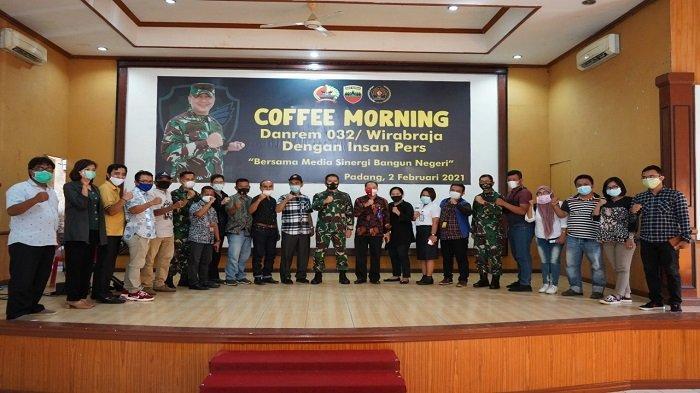 Coffee Morning - Danrem 032/Wirabraja Ingatkan Prokes, Ramah Tamah Ketua PWI Sumbar Sempat Bernyanyi