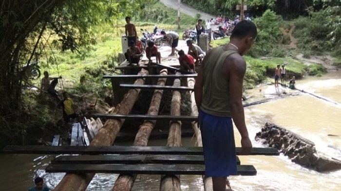 Kondisi jembatan darurat yang masih tahap pembangunan guna dapat menghubungkan akses dan aktivitas masyarakat kembali normal di Kabupaten Sijunjung, Provinsi Sumatera Barat, Senin (29/3/2021).
