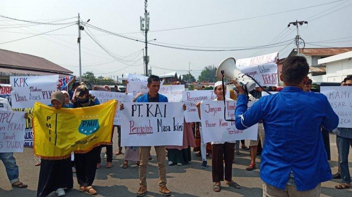 Massa Gelar Aksi Unjuk Rasa di Stasiun Kereta Api Drive II Padang, Ini Tuntutan dan Tanggapannya