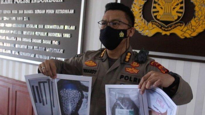 Kombes Pol Winardy, Kabid Humas Polda Aceh memperlihatkan foto barang bukti bahan peldedan dan dokumen yang diamankan dari lima terduga teroris yang ditangkap Densus 88 di Aceh, Sabtu 923/01/2021.