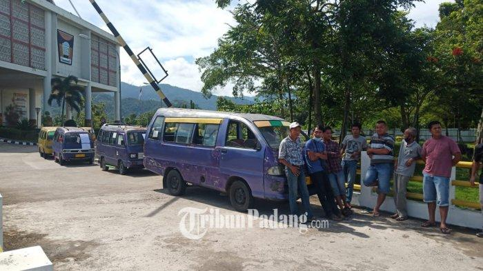Sopir Angkot Mogok dan Parkirkan Mobil di Halaman Balai Kota Padang, Tempelkan Curahan Hati