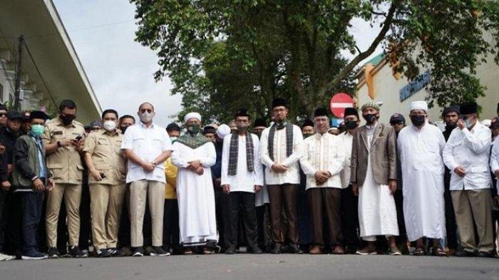 Ustaz Abdul Somad Antarkan Paslon Erman Safar-Marfendi Daftar ke KPU Bukittinggi