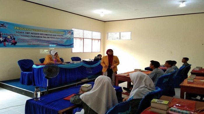 3 Dosen Bahasa Indonesia UNP Ajarkan Siswa Tulis Cerpen dengan Media Bergambar