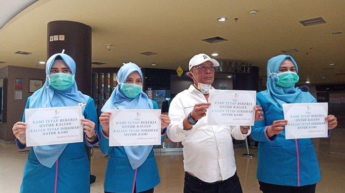 Direktur dan Perawat Semen Padang Hospital Gaungkan Social Distancing