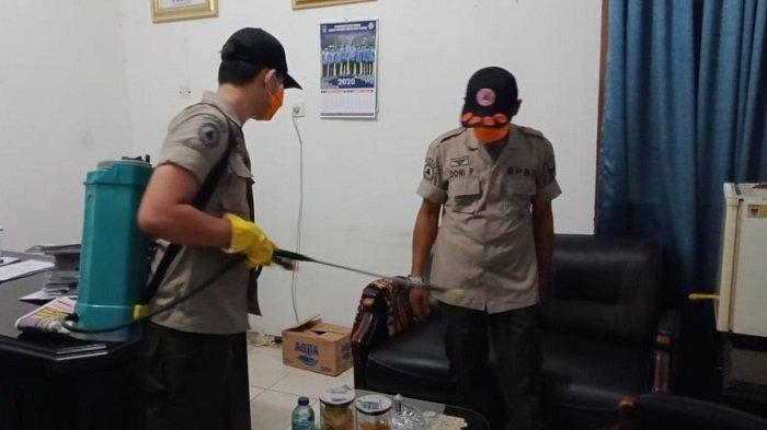 Cegah Virus Corona, BPBD Kota Padang Semprot Disinfektan di Sejumlah Tempat Layanan Publik