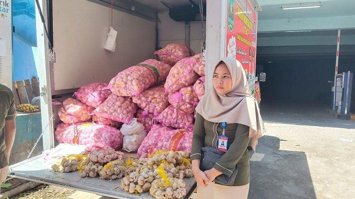 Operasi Pasar Hanya Dalam 40 Menit, Terjual 80 Kg Bawang Putih di Pasar Raya Padang