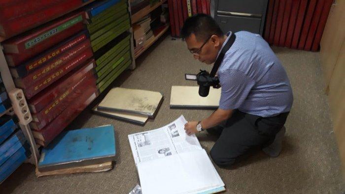 Tim Konservasi Media Universitas Andalas Selamatkan Koran Lama yang Terbit di Sumatera Barat