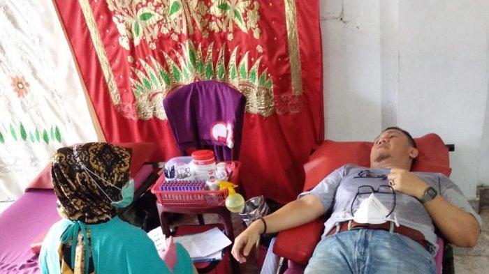 Keluarga Besar Scooter Fan's Club (SFC) Padang menggelar kegiatan sosial berupa khitanan massal gratis dan donor darah uang digelar di SMA Baiturrahmah Padang, Minggu (11/4/2021).