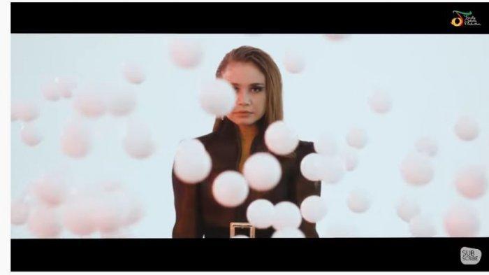 Chord Gitar Lagu Hati yang Kau Sakiti - Rossa : Dimainkan dari Am dan Tonton Video Klip